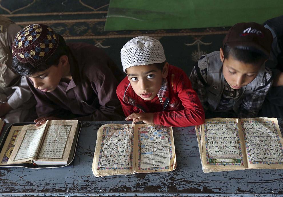 Чтение Корана во время священного для мусульман месяца Рамадан в Кабуле