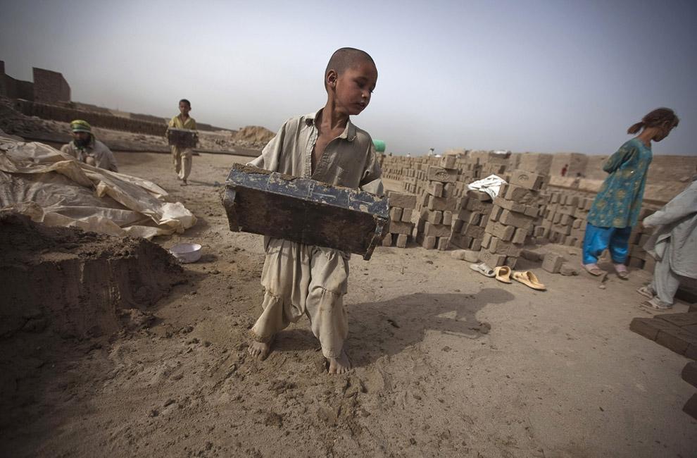 Мальчик работает на кирпичном заводе возле Кабула