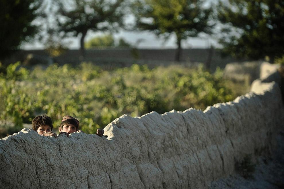 Афганские дети наблюдают за взводом американских солдат