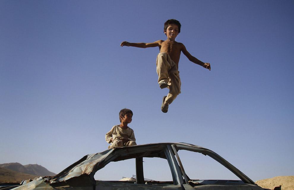 Развлечений у местной детворы немного. Например, можно попрыгать по крыше уничтоженного автомобиля