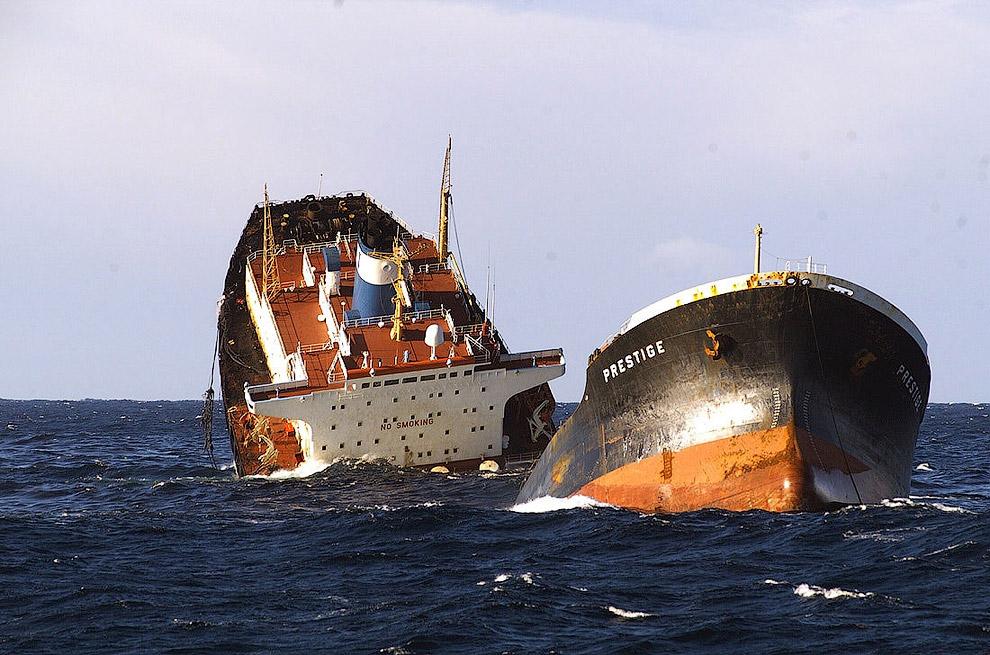 13 de novembro de 2002 ao largo da costa da Espanha, caiu em uma violenta tempestade petroleiro Prestige, que estava no detém mais de 77 000 toneladas de óleo combustível pesado