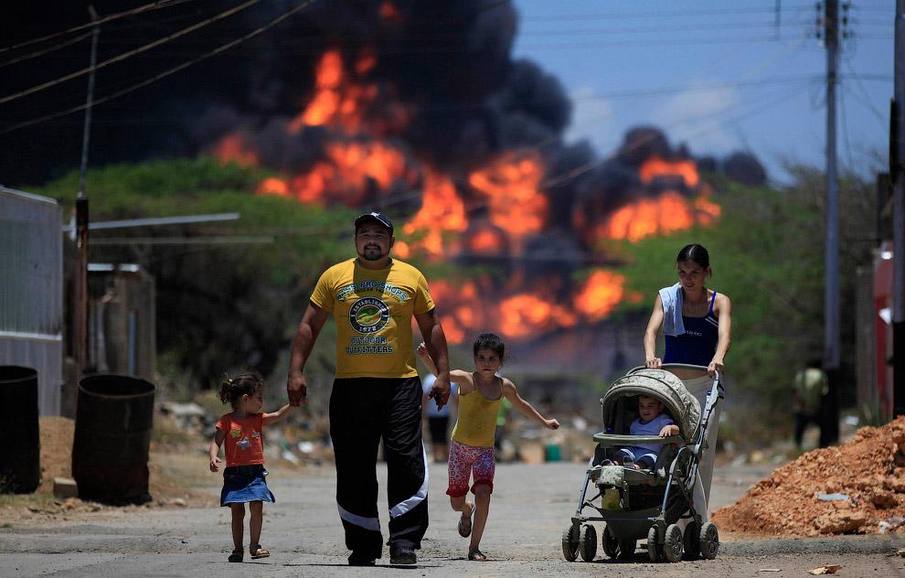 25 de agosto de 2012 na maior refinaria de Paraguana Refining na Venezuela Center foi uma enorme explosão