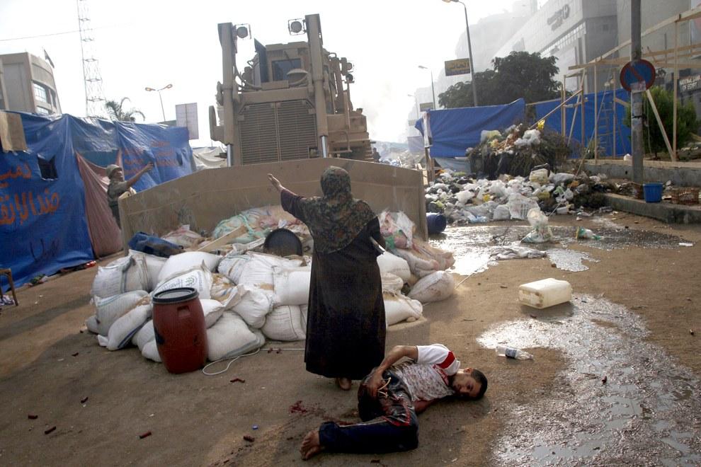 Женщина пытается остановить бульдозер, Каир