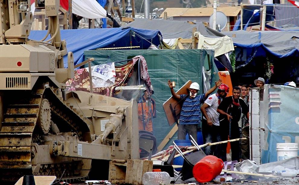 Египетские силовики начинают бульдозерами разгонять палаточные городки