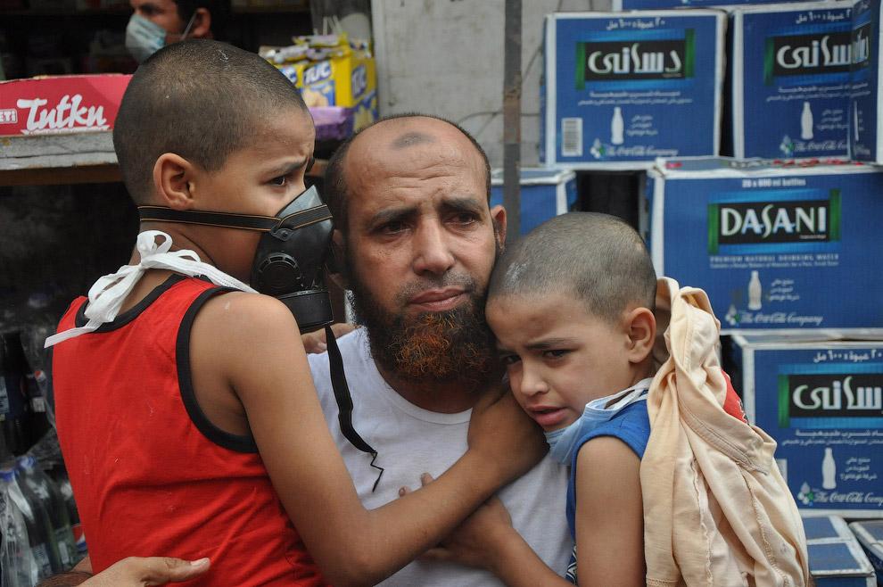 Сторонник экс-президента Мурси с мальчиками, Каир