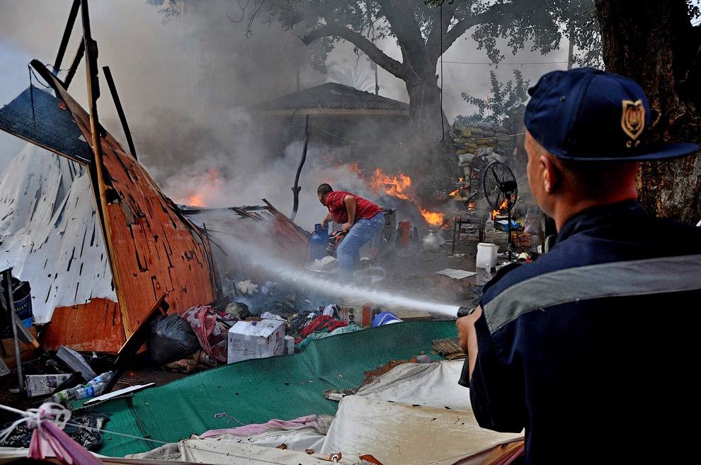 Попытка потушить пожар в палаточном городке, Каир