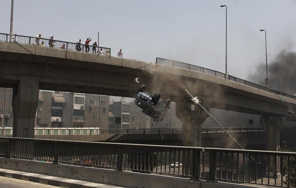 Протестующие столкнули с моста полицейский автомобиль, Каир