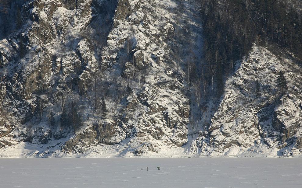 По замерзшим участкам реки можно походить зимой