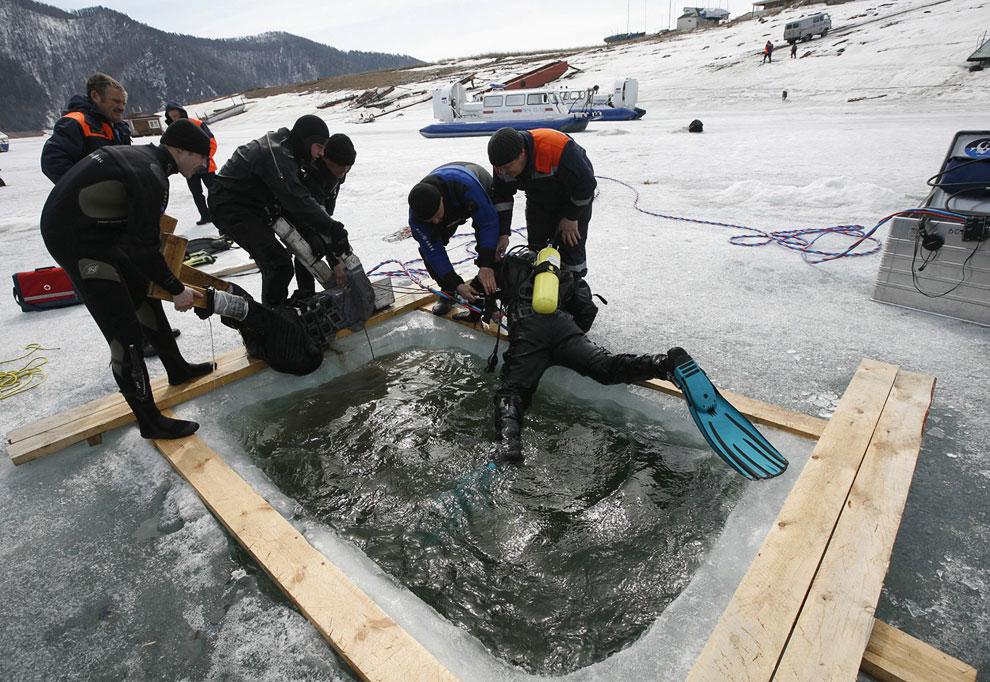 Учения спасателей на покрытом льдом Енисее