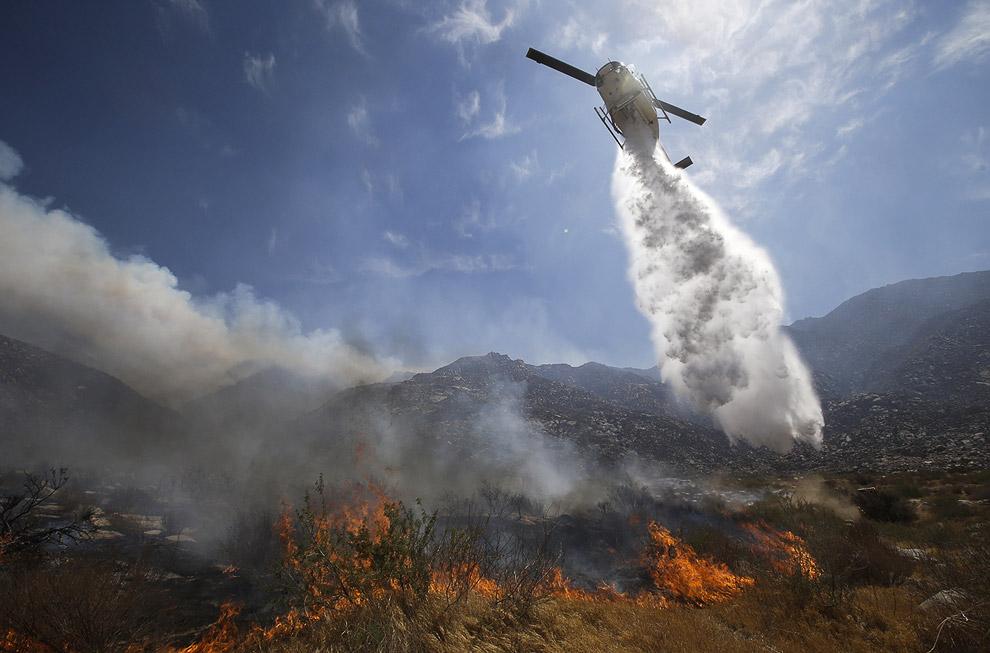 Сначала с огнем боролись 1 500 пожарных, но через сутки их количество увеличилось до 3 тысяч. В тушении пожара задействованы 16 вертолетов и 10 самолетов