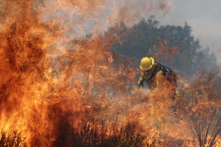Пожарный борется с огнем, Калифорния