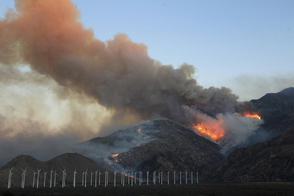 Огонь распространяется по северной стороне горы Сан-Хасинто вблизи ветряных турбин