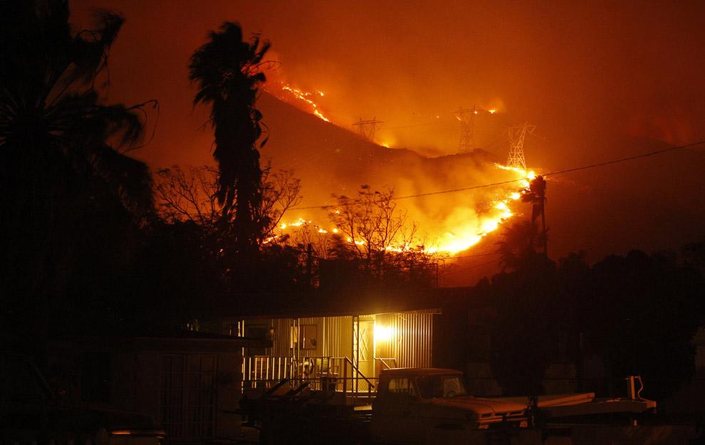 Огонь подбирается к одному из домов, Калифорния