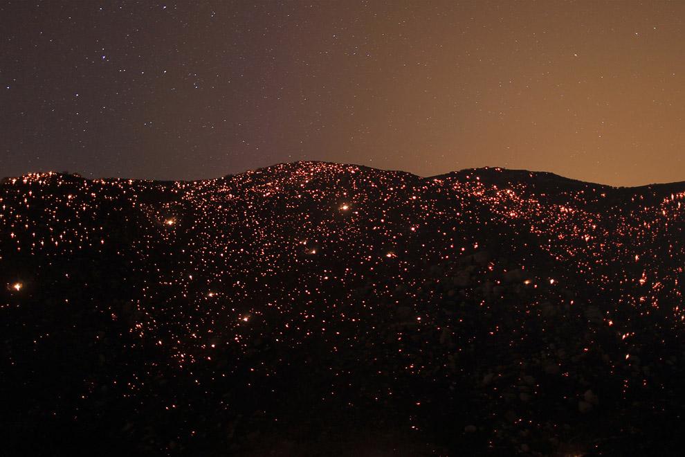 Тлеющие угли на горе и звезды. Калифорния