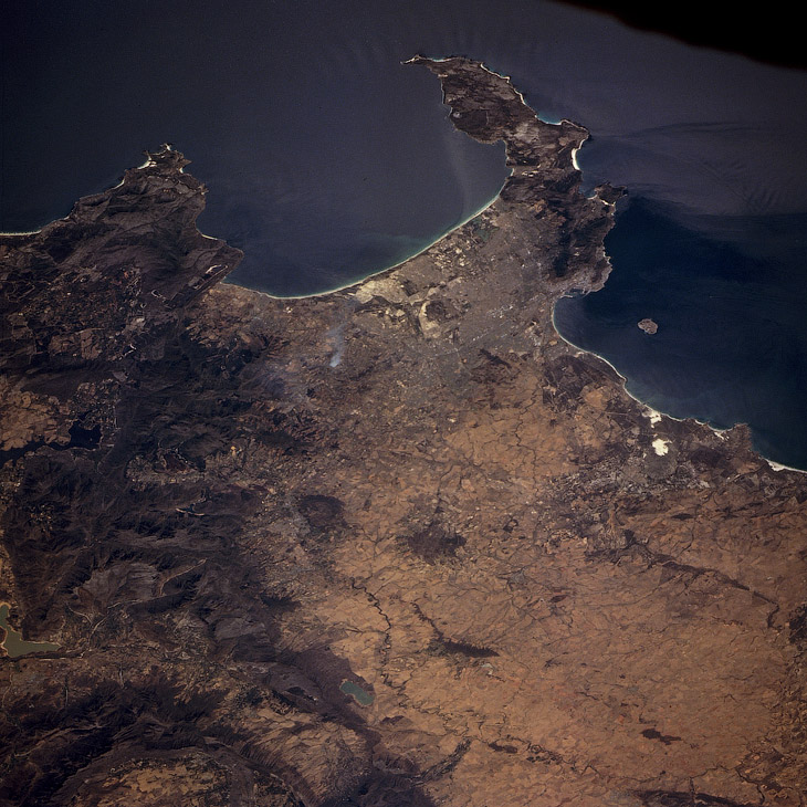 Кейптаун, Хибна бухта (вгорі) і Столова бухта з островом Роббен (праворуч), вид з космосу