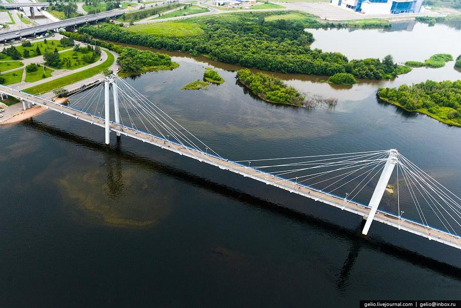 Двухпилонный вантовый пешеходный мост через протоку реки Енисей, ведёт на о. Татышев