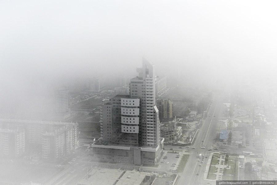 "Бизнес-центр ""Первая башня"" в тумане"