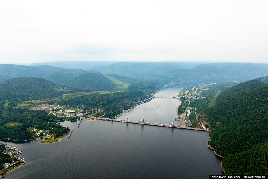 Плотина ГЭС образует крупное Красноярское водохранилище