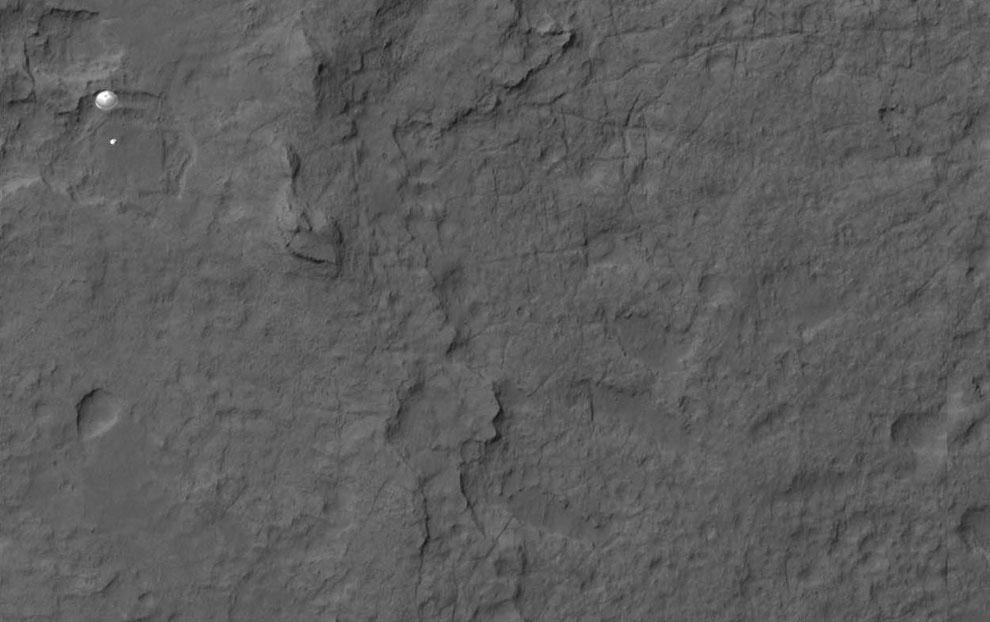 Фотография спуска марсохода на парашюте на поверхность Марса, 5 августа 2012 года