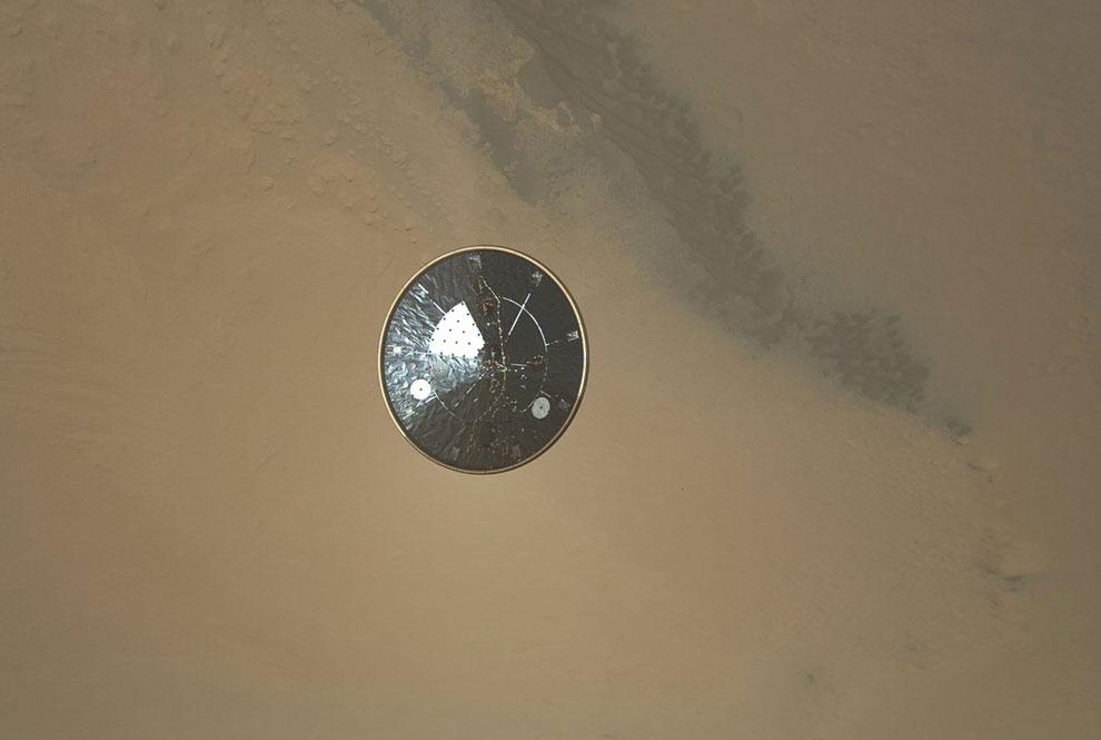 Перелетный модуль с защитным тепловым экраном на фоне Марса