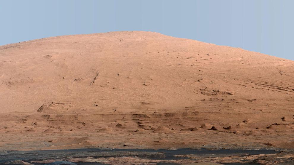 Это главный объект всей марсианской миссии — гора Шарп, расположенная по центру кратера Гейла — места посадки Curiosity