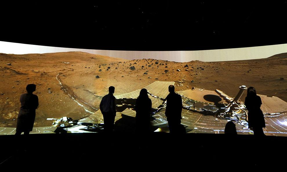 Нет, это не марсиане, это панорама марса на выставке Вселенной в Национальном морском музее в Гринвиче, Лондон