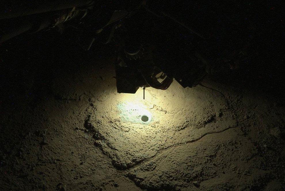 Марсоход Curiosity сверлит очередное отверстие ночью, чтобы взять пробы грунта