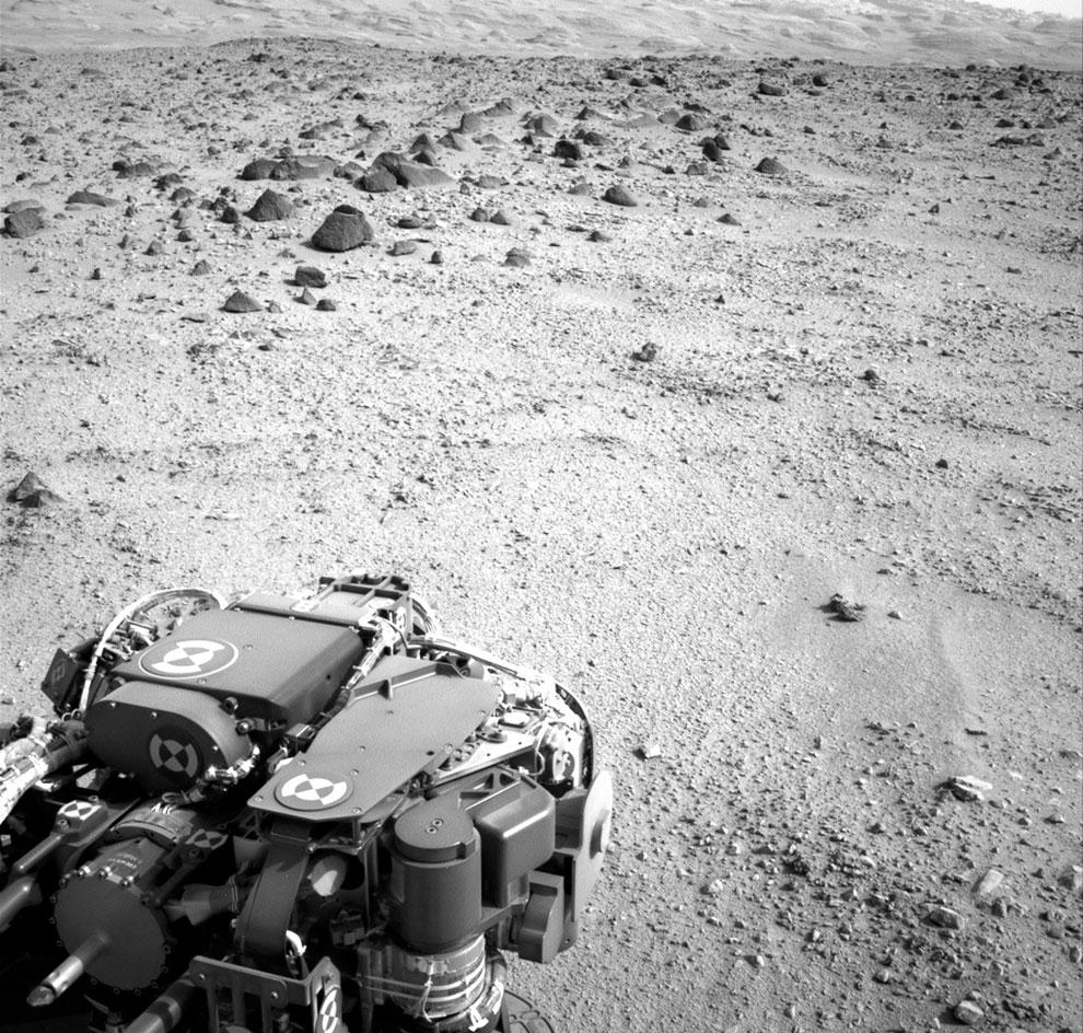 Марсианский день номер 329, 9 июля 2013. На этом снимке виден склон горы Шарп, к которой направляется марсоход Curiosity
