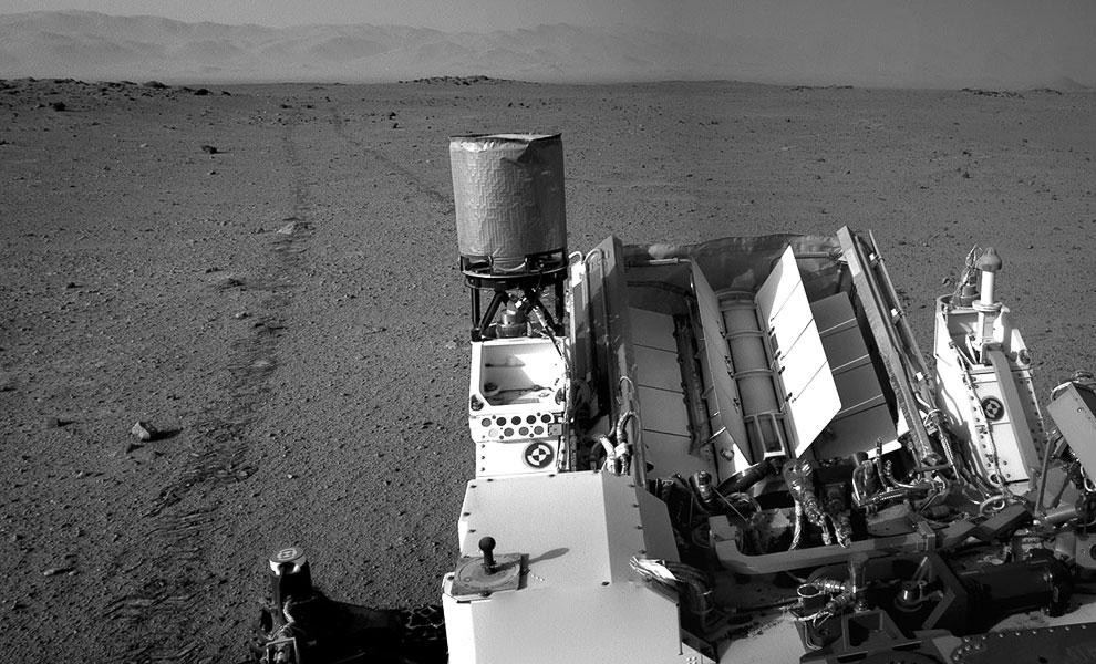 Марсоход Curiosity и его следы на поверхности Марса