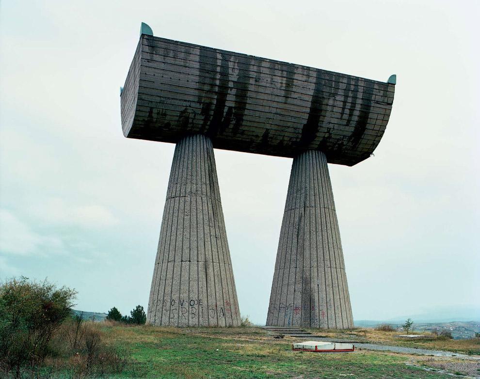 Скульптура 1973 года посвящена сербским и албанским партизанам