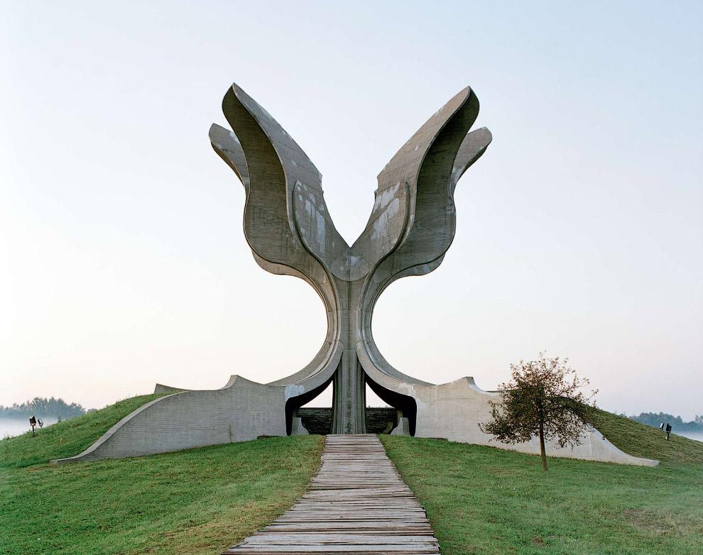 Памятник, построенный в 1966 году, был посвящена жертвам концлагеря Ясеноваца в Хорватии
