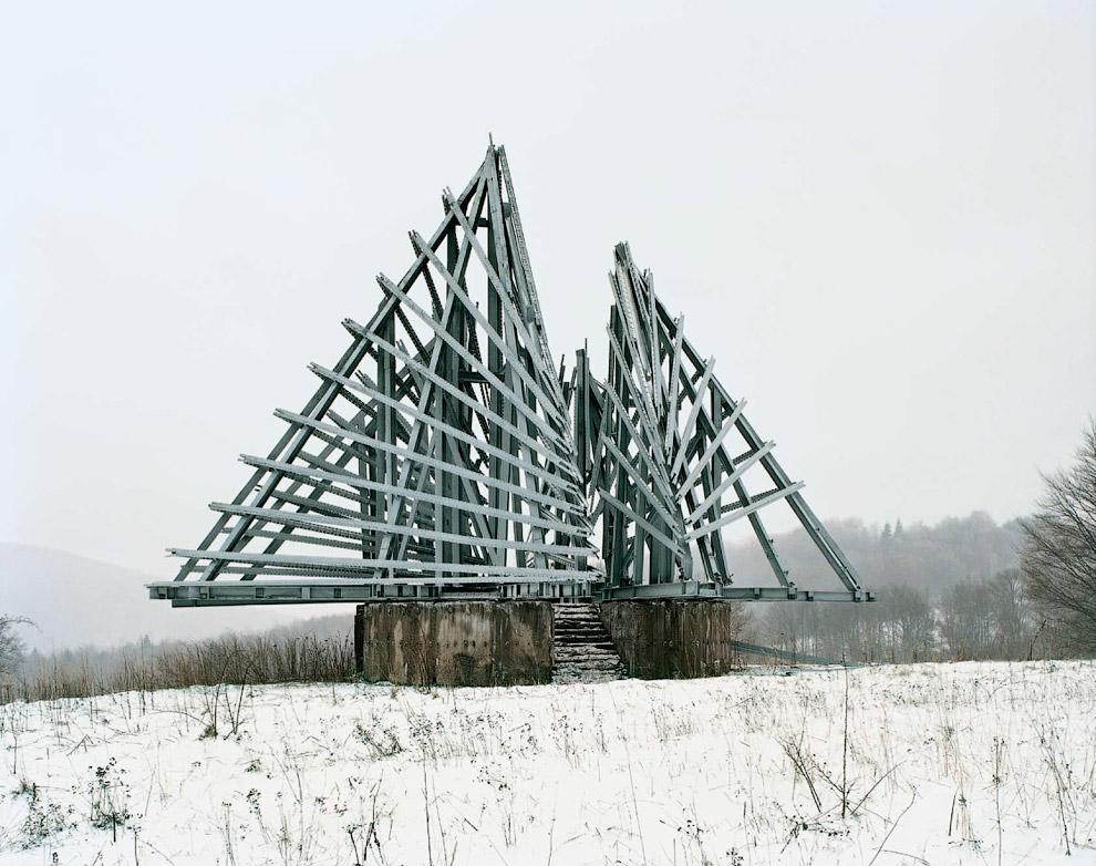Конструкция недалеко от границы между Хорватией и Боснией. По замыслу скульпторов, она напоминает победу Югославии во Второй мировой войне