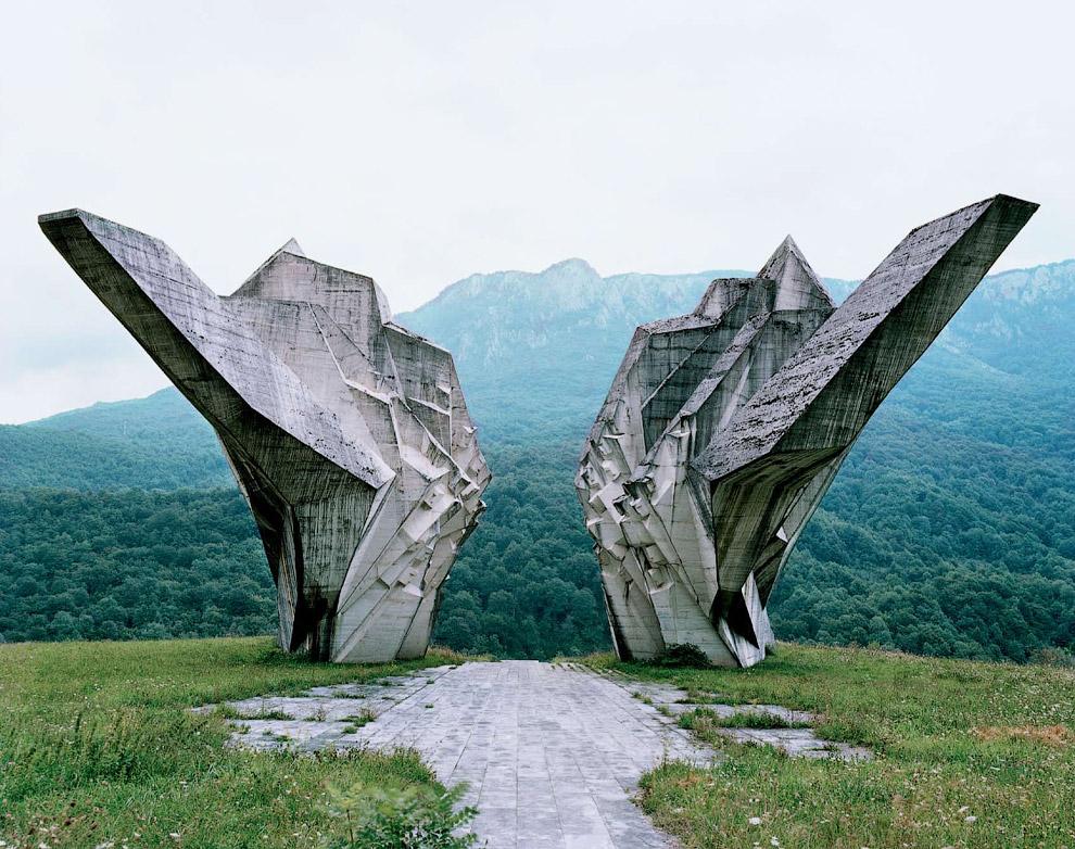 Все это снимки бельгийского фотографа Jan Kempenaers в рамках проекта с лаконичным названием «Памятник»