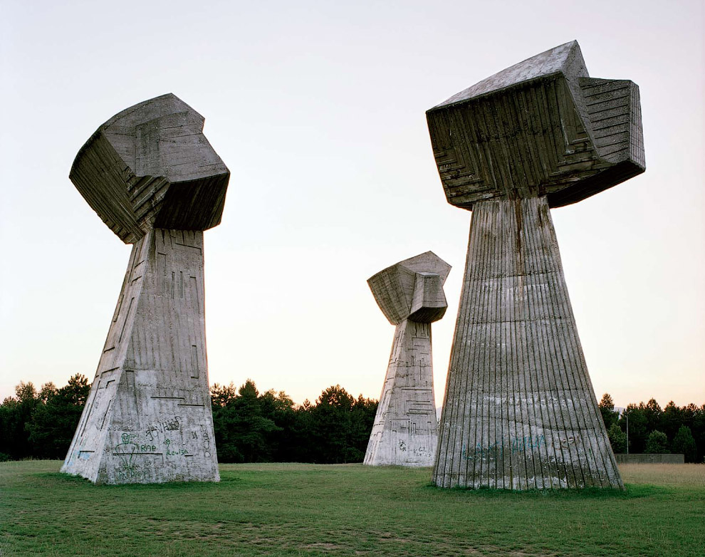 Памятник в виде трех сжатых кулаков в память о жертвах Второй мировой войны
