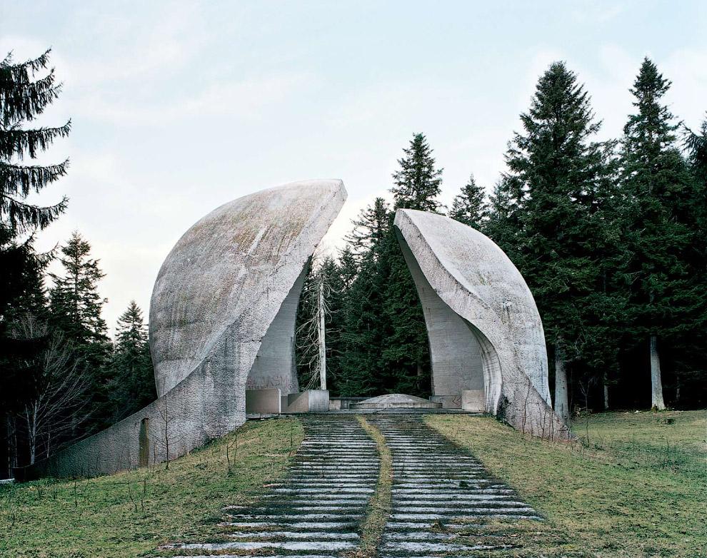 Памятник революции, возведенный в Боснии и Герцеговине