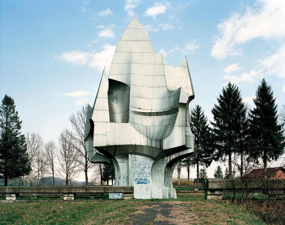Вслед за распадом Югославии, все эти футуристические военные мемориалы были забыты и заброшены