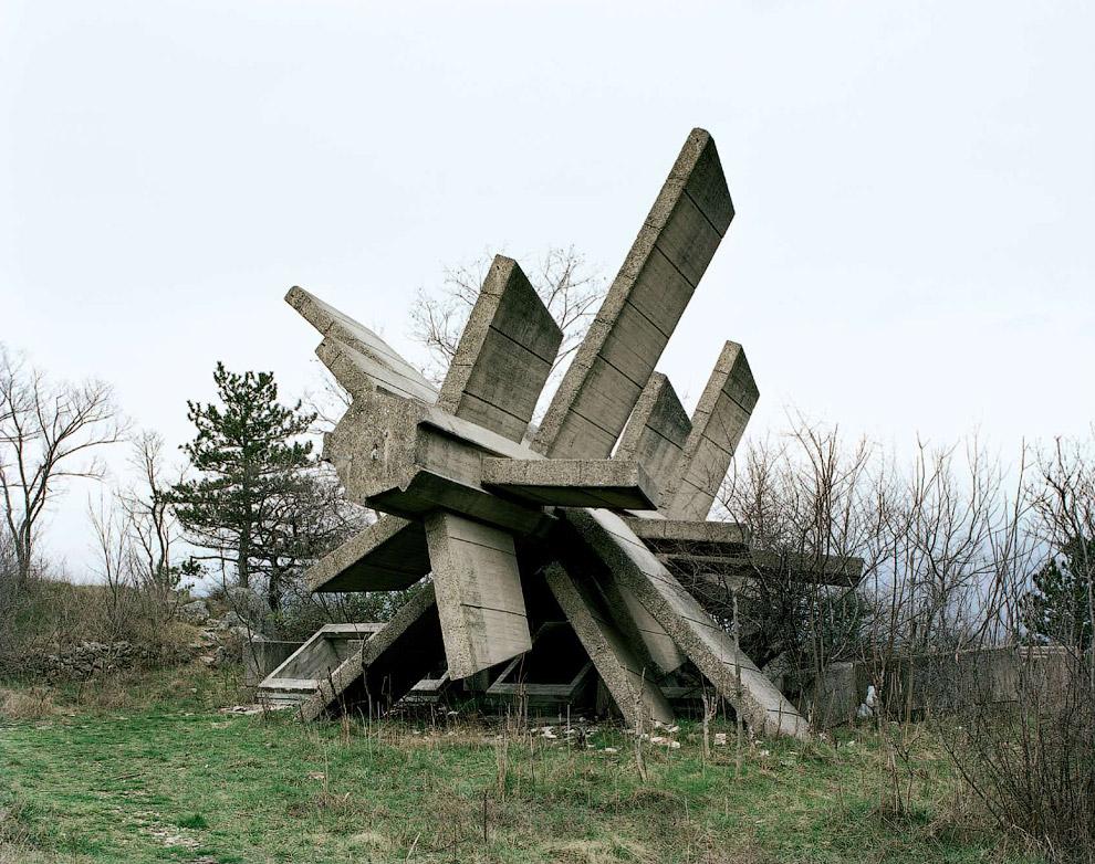 Часть мемориалов разрушена и находится в плачевном состоянии