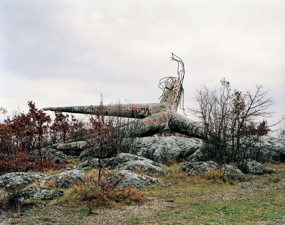 Памятник погибшим в одном из сел в Хорватии. Уже сам лежит на боку