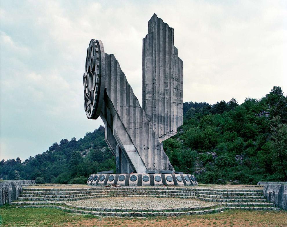 Глядя на эти монументы поражаешься необычной фантазии скульпторов тех лет