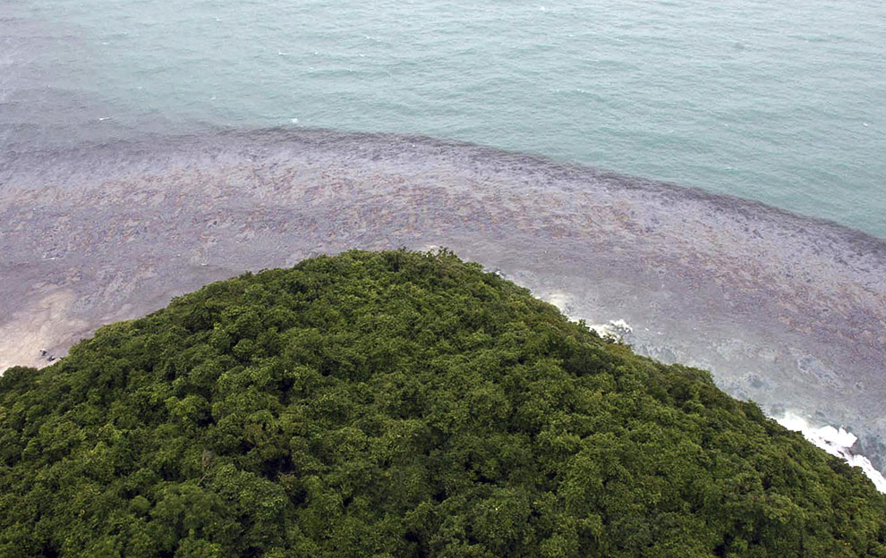 По оценке экологов, бухта в районе пляжа загрязнена 5 тоннами сырой нефти. Остров Самет