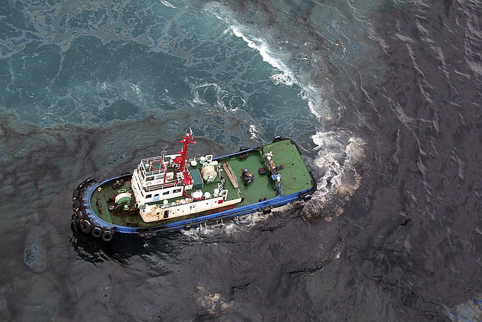 Специальное очистительное судно у берегов острова Самет в Таиланде