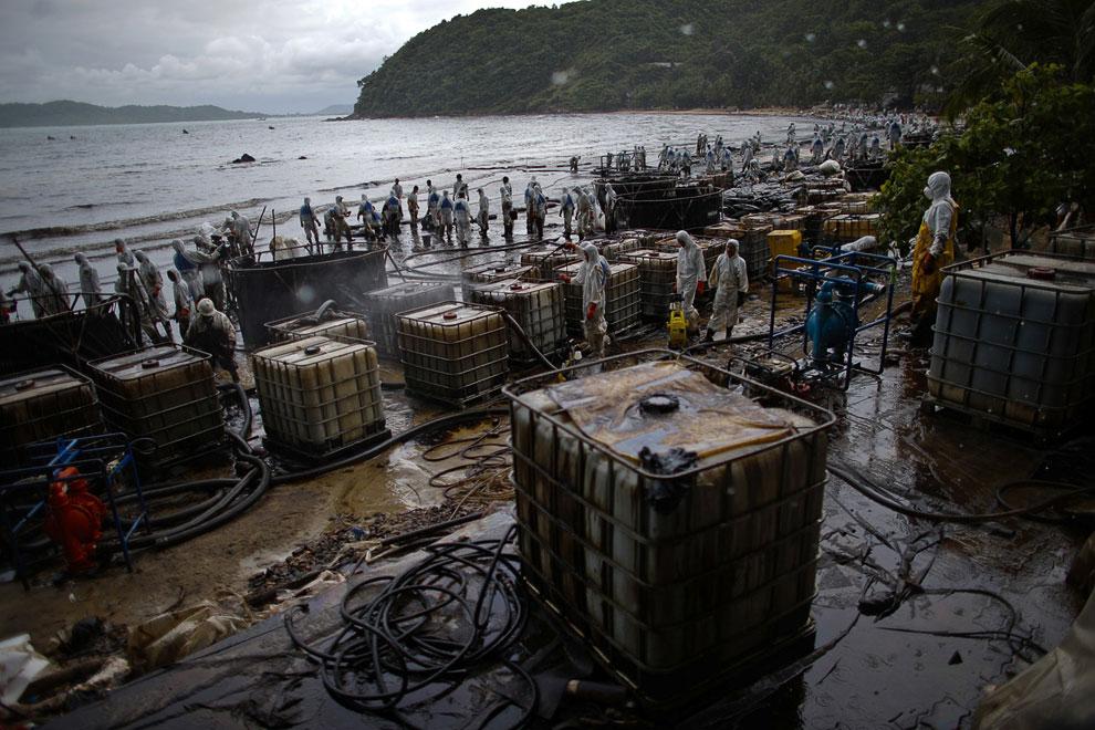 Операция по очистке побережья острова Самет от сырой нефти