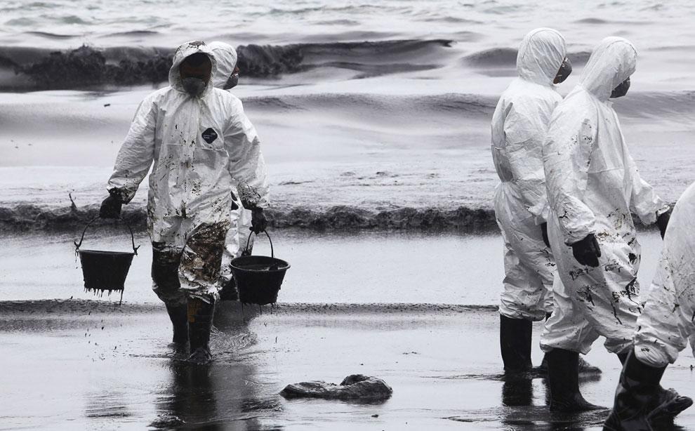 Уборка нефти с побережья острова Самет в Таиланде