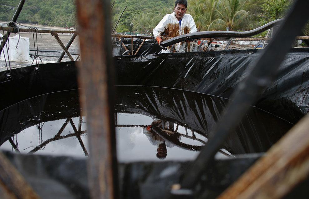 Собранную нефть переливают в большие емкости