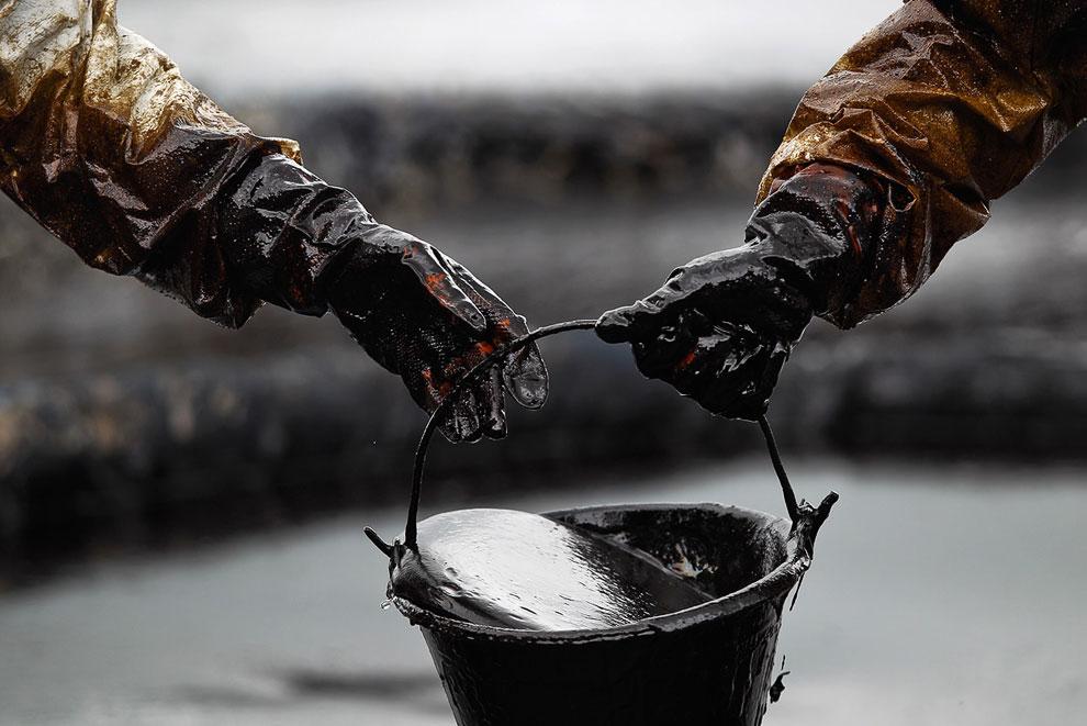 Нефть на пляжах курортного острова Самет в Таиланде