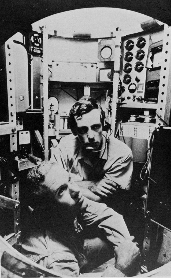 Жан Пикар (в центре) и лейтенант Дон Уолш во время рекордного погружения