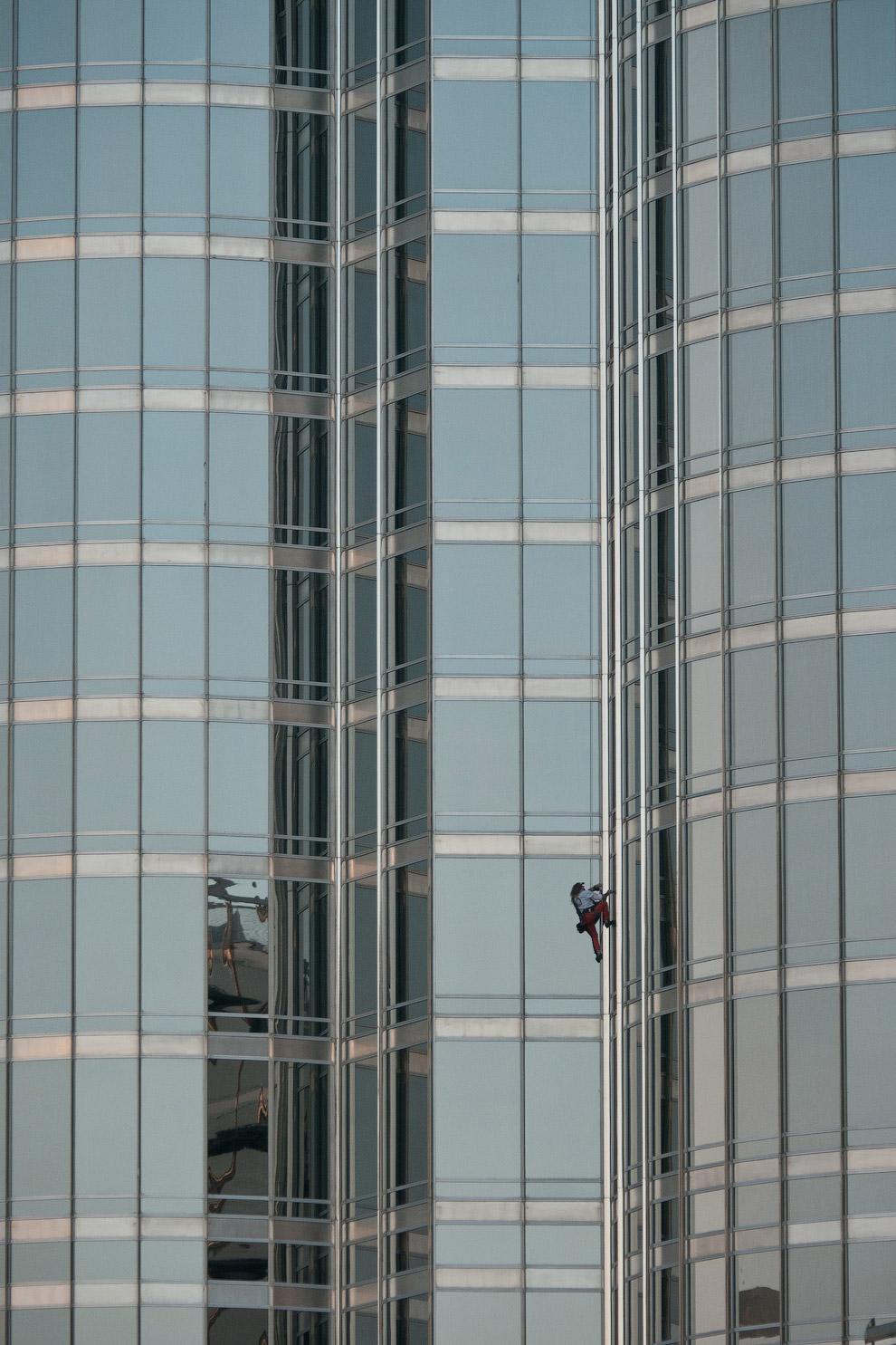 Ален Робер по прозвищу Человек-паук покоряет самое высокое в мире здание Бурдж-Халифу (828 м)