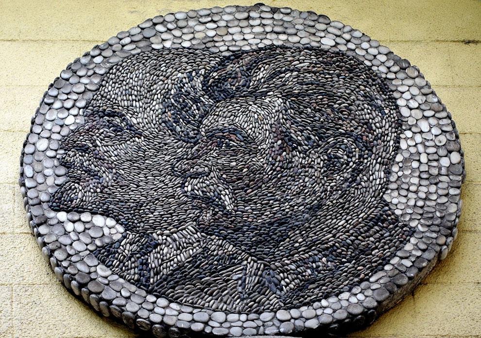 У входа на станцию можно увидеть мозаику с изображениями Ленина и Сталина, сделанную из камней