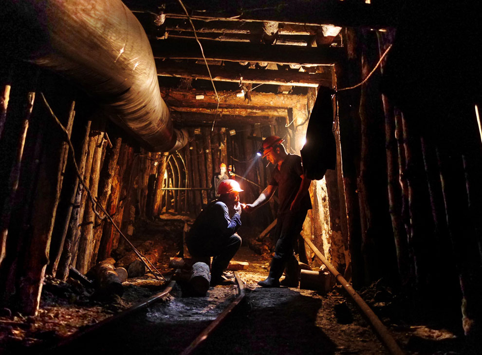 Рабочие в шахте по добыче марганца
