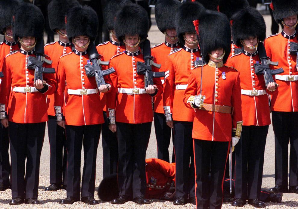 Член Колдстримского гвардейского полка не выдержал стояния в такой шапке на жаре